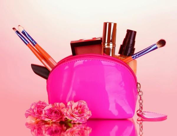 Отправляясь к мастеру, обязательно захватите с собой любимые косметические продукты для бровей