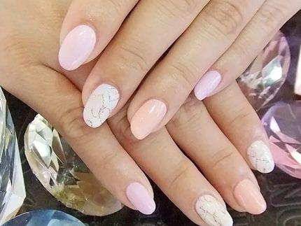 Пастельные оттенки в маникюре сглаживают недостатки ногтевой пластины и пальцев рук
