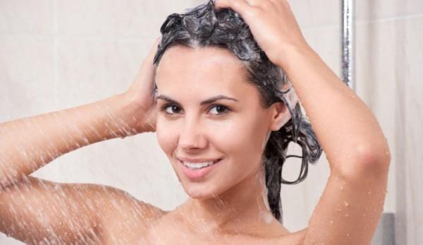 Перед началом процедуры нужно помыть голову