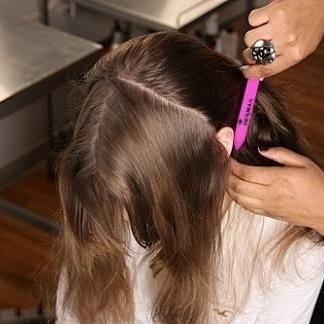 Перед нанесением смеси, чтобы было удобно ее наносить, голову можно поделить на секции.