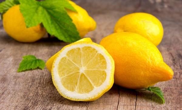 Перед тем как сделать маску из лимона, обратите внимание на то, что лимон обладает слегка подсушивающим действием