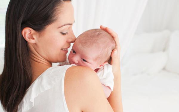 Первые волосики у малышей сменяются очень быстро и заменяются на более прочные волоски по сравнению с младенческим пушком.