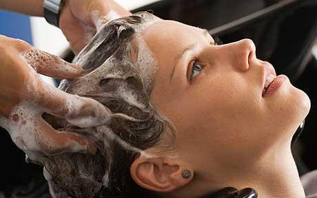 Первый этап процедуры – мытье волос глубоко очищающим шампунем