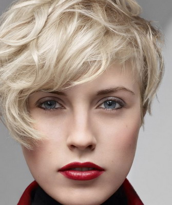Пикси при правильном исполнении можно использовать даже на вьющихся волосах (цена в салонах Москвы – от 1500 руб.)