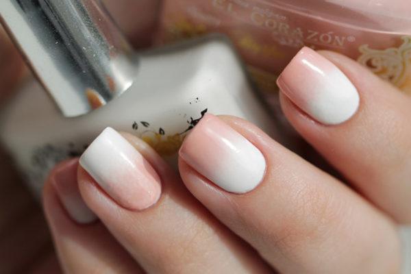 Плавный переход нескольких оттенков лака в градиентном маникюре обеспечивается при помощи поролоновой губки
