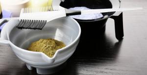 Инструкция по приготовлению окрашивающей смеси запрещает запаривать хну кипятком, это приводит к выделению токсичных эфиров