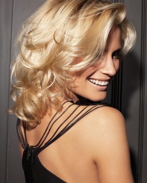 Подчеркнет красоту кудрей стрижка на волнистые волосы — каскад
