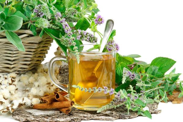 Поддержать организм вкусно и с пользой можно с помощью чаев (на фото- ароматный чай с мелиссой, чабрецом и корицей)