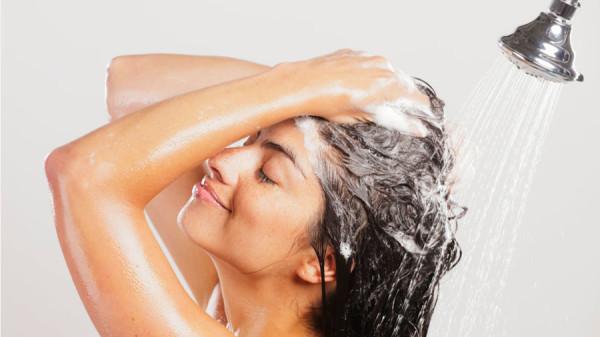 Пошаговая инструкция биозавивки волос в домашних условиях начинается с использования шампуня глубокой очистки, например, Deep Cleaning Shampoo от Concept