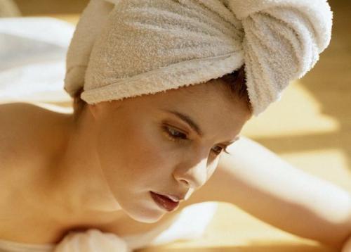 После нанесения маски голову необходимо покрыть теплым платком или полотенцем.
