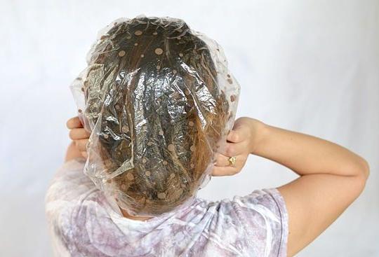 После нанесения смеси желательно надеть специальную шапочку.