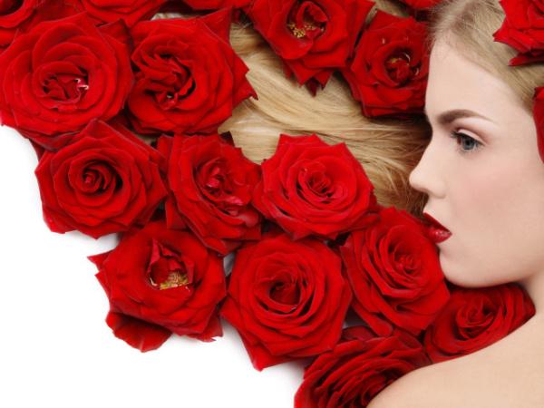 После применения масок из роз, волосы будут иметь великолепный вид и источать прекрасный аромат