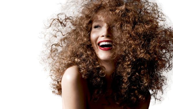 После завивки химическими препаратами состояние волос заметно ухудшается, они нуждаются в систематичном и правильном уходе для восстановления