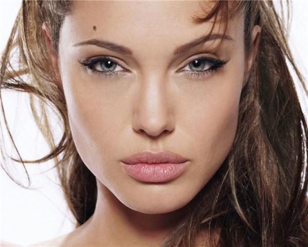Пожалуй, наиболее яркой обладательницей родинки над бровью можно назвать Анджелину Джоли