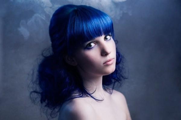 Правильно проведенная процедура окрашивания шевелюры позволяет получить насыщенные оттенки синего и голубого