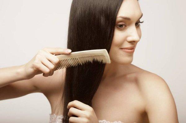 Предварительно расчешите волосы