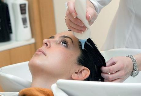 Превращение брюнетки в блондинку предусматривает предварительное осветление локонов