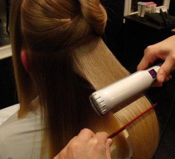 При тепловом воздействии от утюжка кутикулы запаиваются, закрывая выход попавшим ранее в структуру волоса активным компонентам.