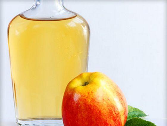 Придаст зеркальный блеск и укрепит пряди яблочный уксус