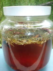 Приготовить травяной настой достаточно легко, просто заливаем сухие ингредиенты кипятком и даем настояться.