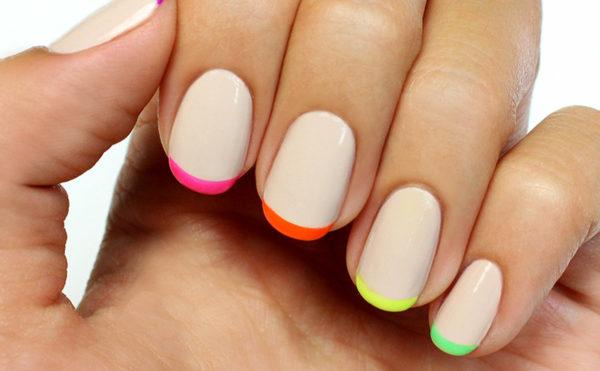 Пример контрастного цветного френча на ногтях