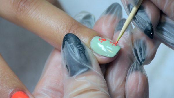 Прорисовка рисунка на ногтях с помощью зубочистки производится вытягивающими движениями