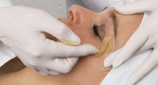 Процедура сахарной депиляции бровей менее болезненна для чувствительной кожи лица