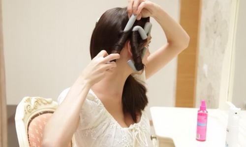Процесс накрутки волос на бумеранги.