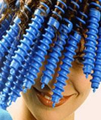 Пряди на спиральные бигуди накручиваются сверху вниз и фиксируются специальным полукольцом-зажимом, как показано на фото.