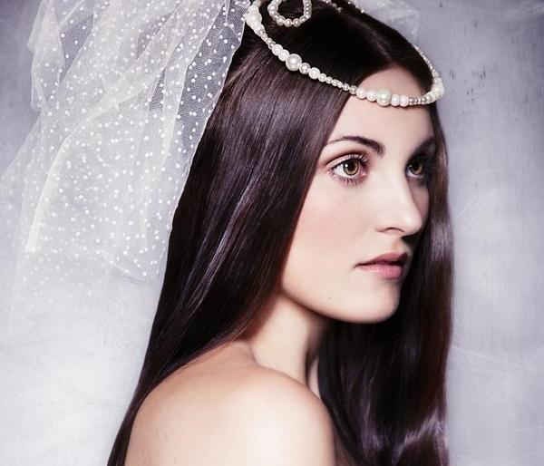 Прямые локоны прекрасно смотрятся в прическах на свадьбу, украшать которые лучше всего крупными цветами, диадемой или пышной фатой