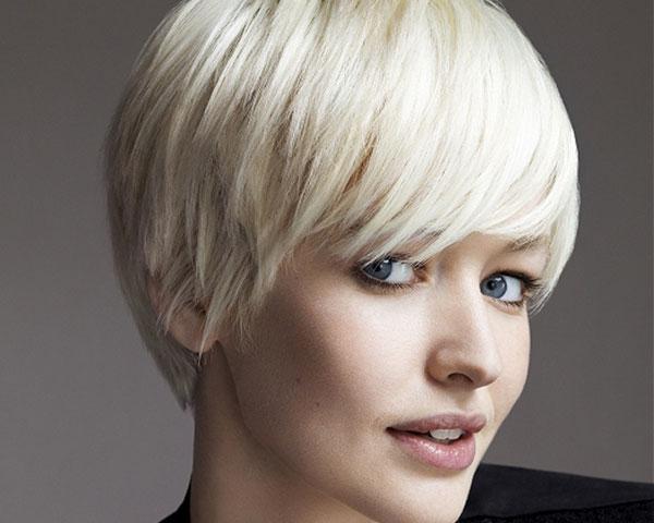 Прямые волосы мы сможем показать во всей красе, придав им дополнительную пышность.