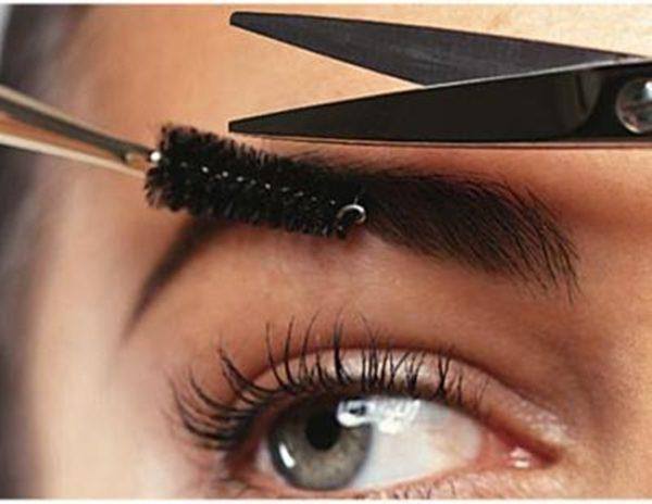 Расчесав волоски к верхней границе, можно легко откорректировать их длину