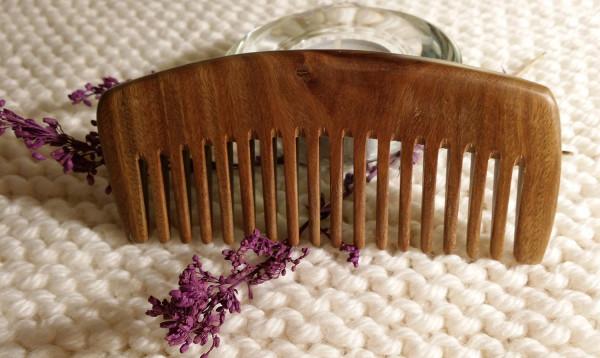 Расчесывать завитые волосы рекомендуется гребнем с редкими зубцами