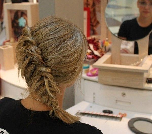 Распущенная коса не только загустит локоны, но и придаст нежности образу