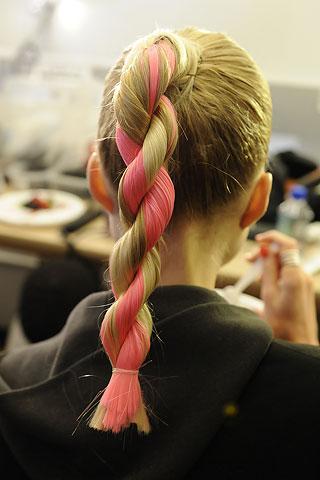 Разбавив косы яркими прядями как на фото, вы получите действительно необычную прическу