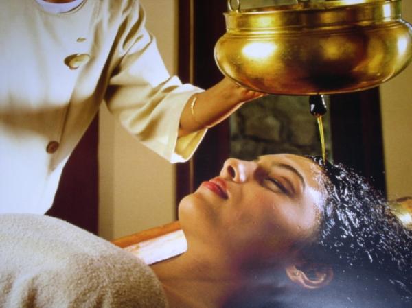 Различные косметические масла обволакивают волоски, придают прическе небольшую тяжесть, в результате чего локоны становятся более прямыми