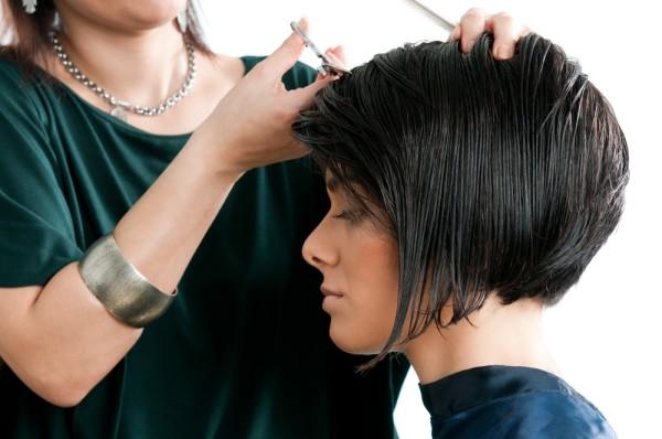 Регулярное обновление среза на средней шевелюре позволяет поддерживать здоровье и красоту шевелюры, а стрижке – ухоженный вид