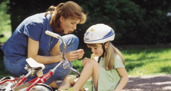 Родители активных детей должны всегда иметь под рукой ранозаживляющие и противовоспалительные средства для оказания помощи