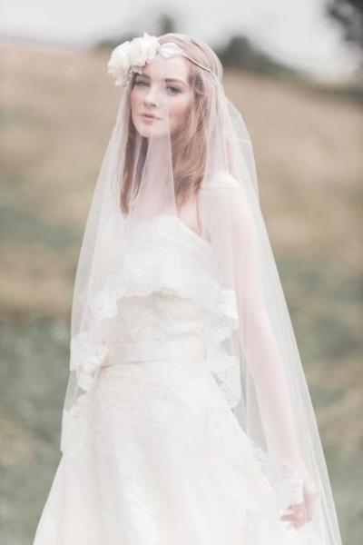 Романтичная невеста в длинной фате и ободке с цветами