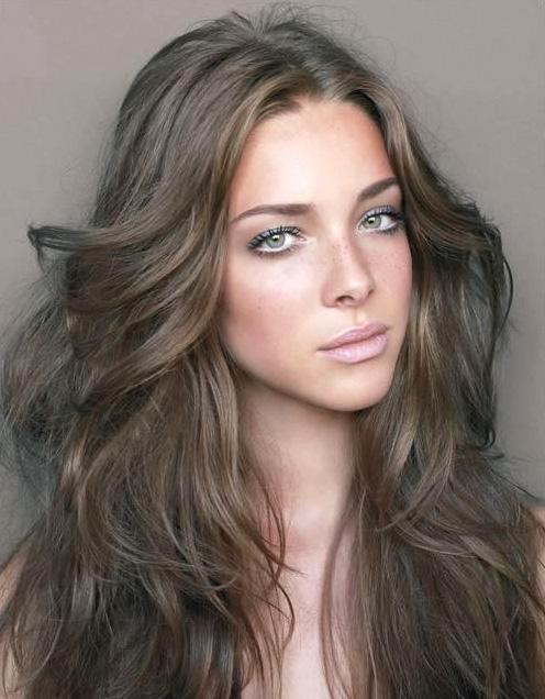 Русый — идеальный цвет волос для темно зеленых глаз