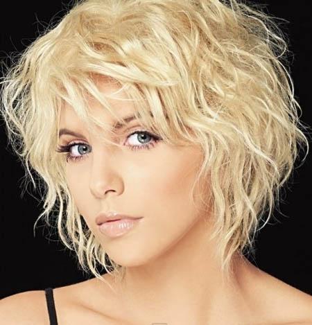 С помощью средств для локонов и фена с диффузором можно на коротких и средних волосах быстро создавать привлекательный «творческий беспорядок».