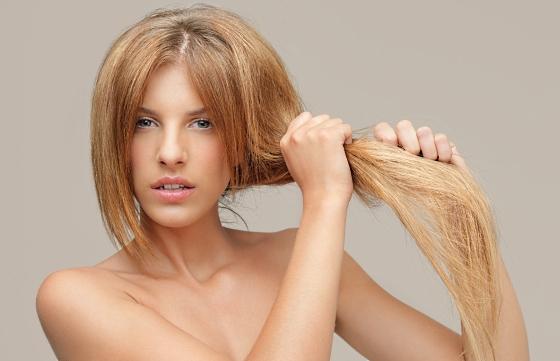 С проблемой сухости волос сталкиваются многие девушки