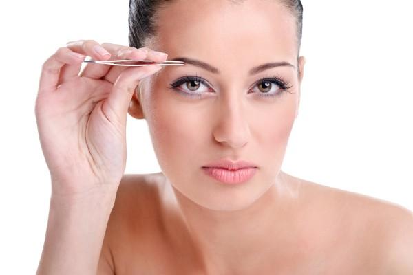Самостоятельно провести коррекцию бровей без зеркала – не получится!