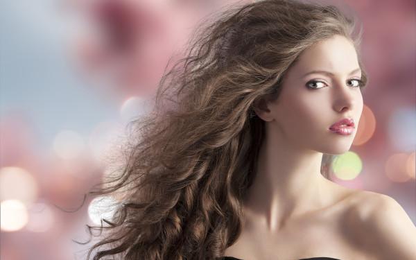 Самые лучшие средства для кудрявых волос должны обладать увлажняющим накопительным эффектом