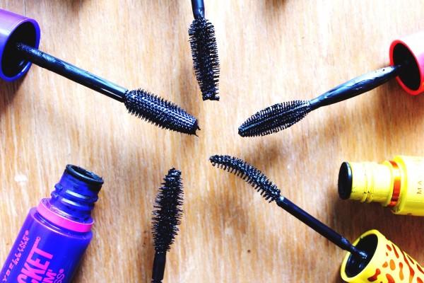 Щеточка удлиняющей туши имеет специфическую форму, в виде конуса с тонким кончиком