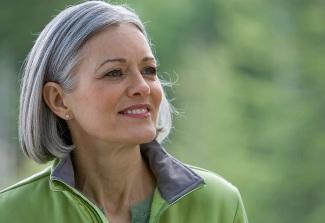 Серебристый тон подходит женщинам любого возраста
