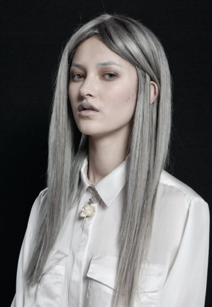 Серый цвет локонов предполагает макияж в нейтральных холодных оттенках