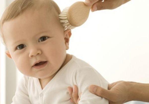 Шампунь от молочных корочек необходимо использовать перед их удалением мягкой расческой, желательно с натуральной щетиной