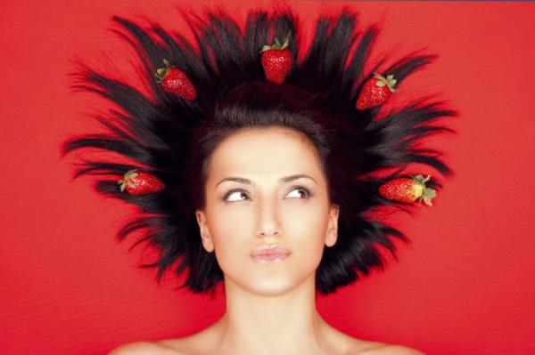 Сила фруктов и овощей хорошо известна косметическим производителям, поэтому на витрине магазинов нередко встречаются маски с клубникой, лимоном или ягодами – Lush «Богиня волос», «Блонди» (цена – от 720 руб.)