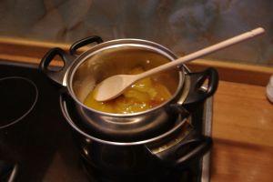 Следите, чтобы мед не подгорел при его растапливании